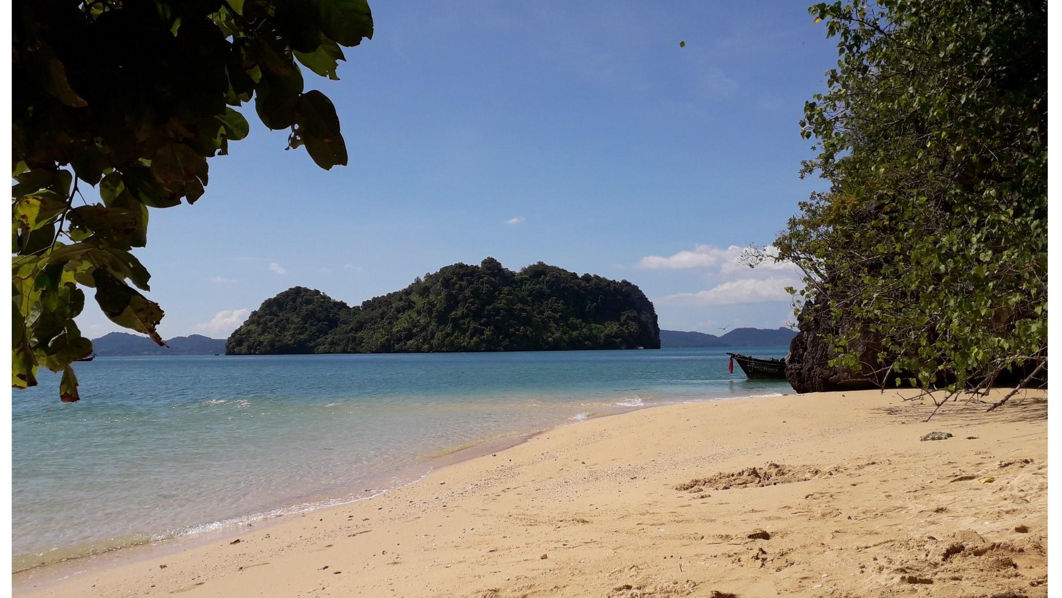 une plage déserte dans la baie de Phang Nga